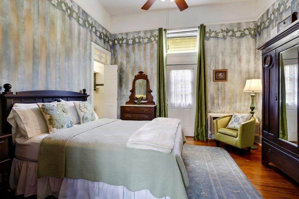 14. Single Family Homes for Sale at 2460 N RAMPART Street New Orleans, Louisiana 70117 United States