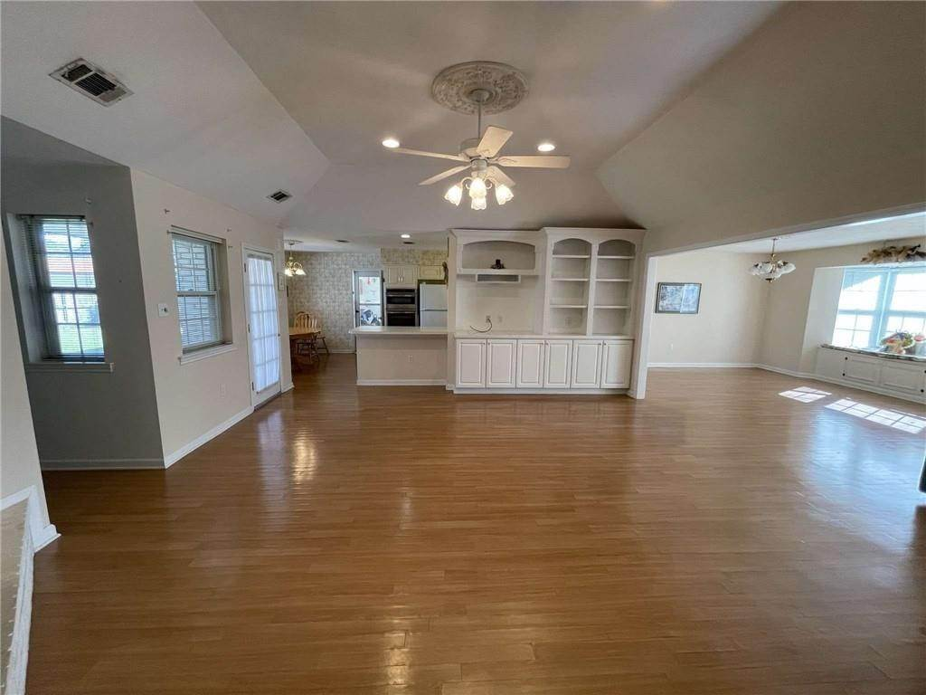 12. Single Family Homes 为 销售 在 108 S BEAUREGARD Lane Destrehan, 路易斯安那州 70047 美国