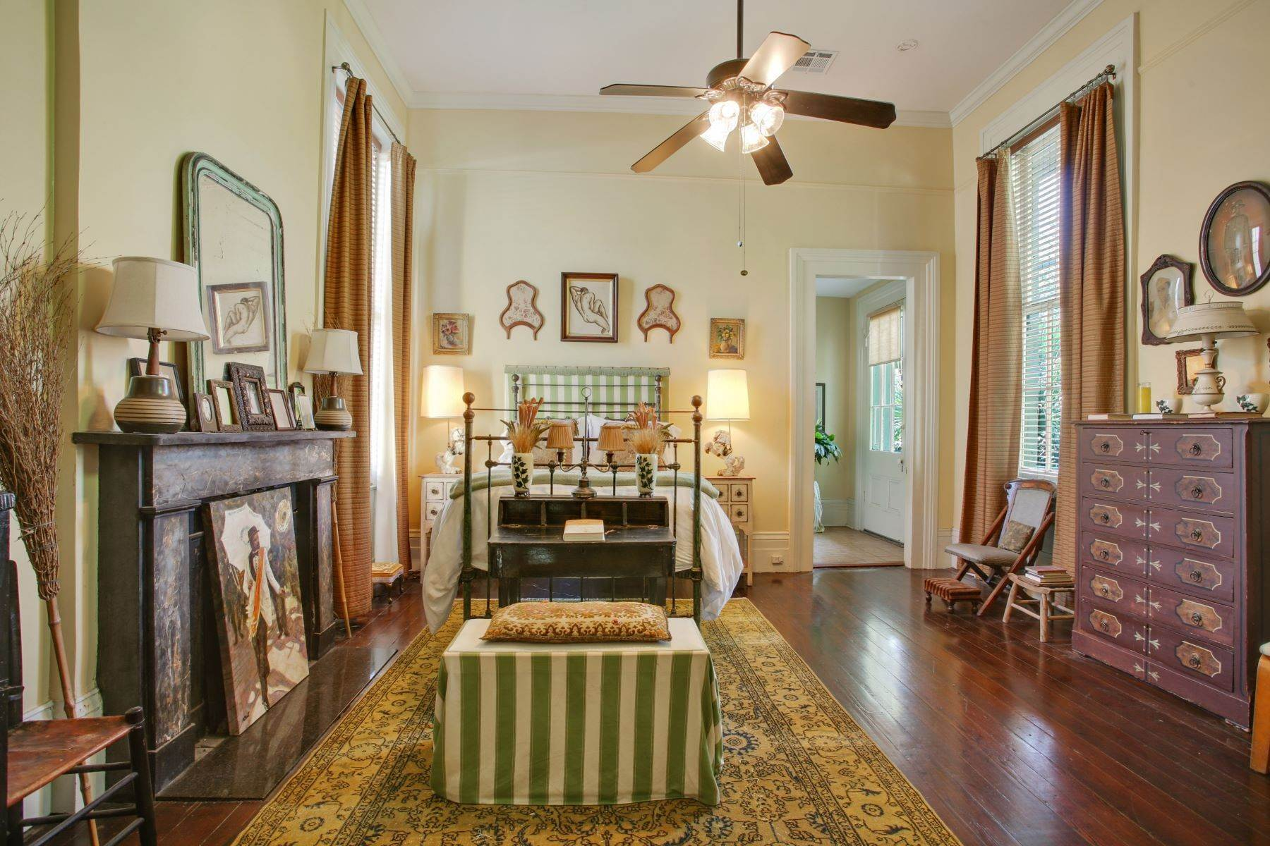 16. Single Family Homes for Sale at 1216 CAMP Street 1216 Camp St New Orleans, Louisiana 70130 United States