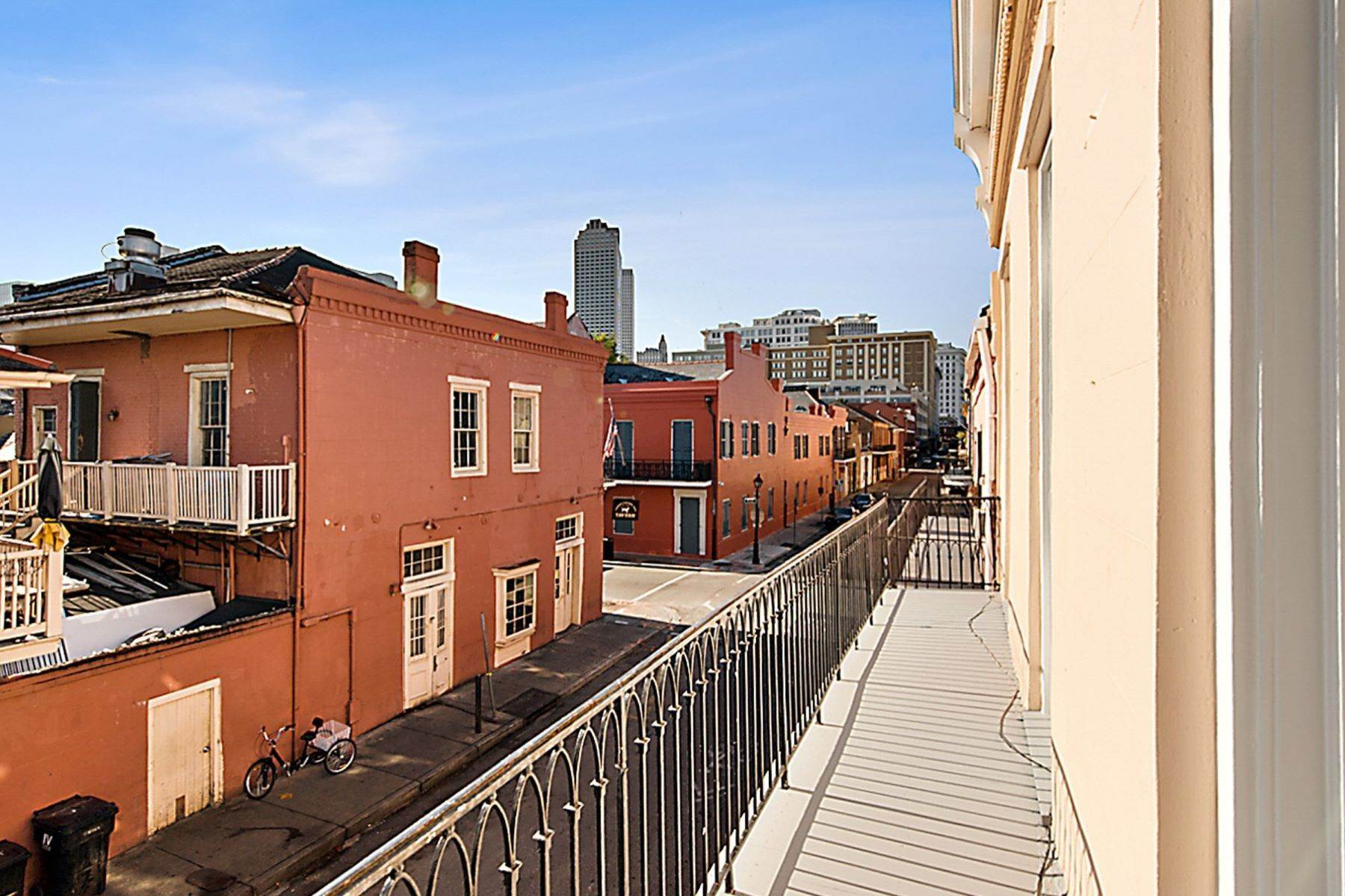 17. Condominiums for Sale at 407 Burgundy Street, Unit 2 407 Burgundy St, Unit 2 New Orleans, Louisiana 70112 United States